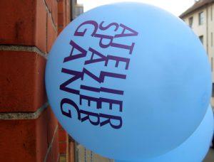 Luftballons weisen beim Atelierspaziergang den Weg