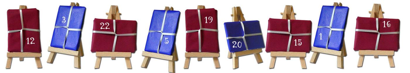 Kleine Staffeleien bilden einen Adventskalender